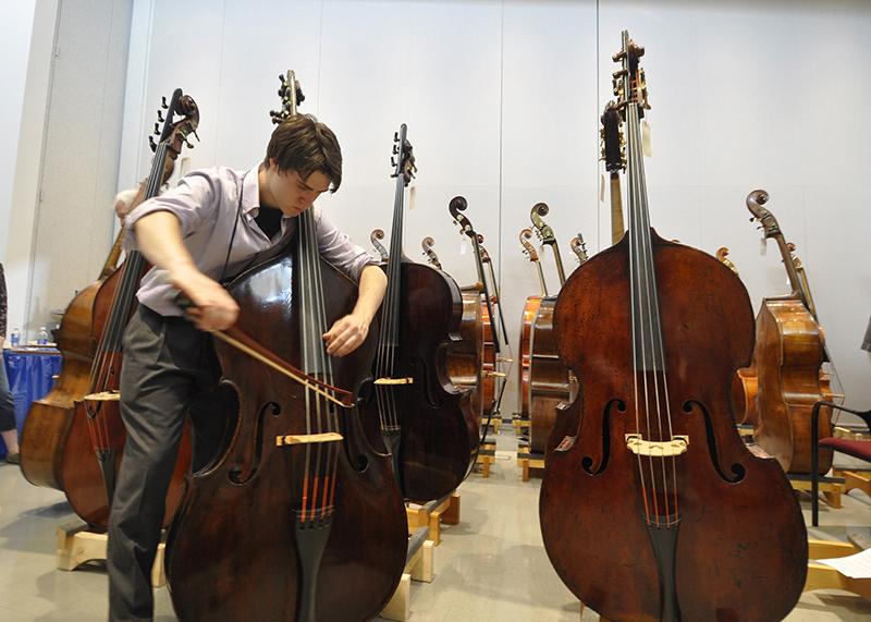 该怎样运输低音提琴这个庞然大物