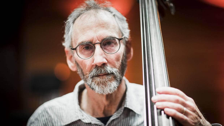 工作了50年的低音提琴手尼古拉斯·桑德尔