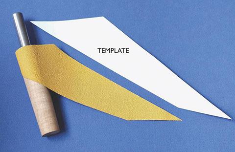 将折纸缠绕在铰刀上
