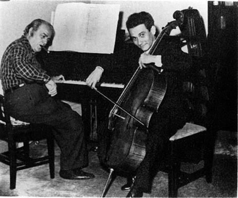 维拉-罗伯斯(弹钢琴)与阿尔多·帕里索 (Aldo Parisot) 一起排练他的第二大提琴协奏曲