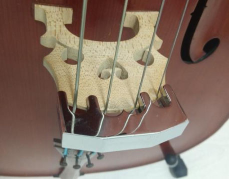 金属制的沉重「消音器」,才能有效削减音量